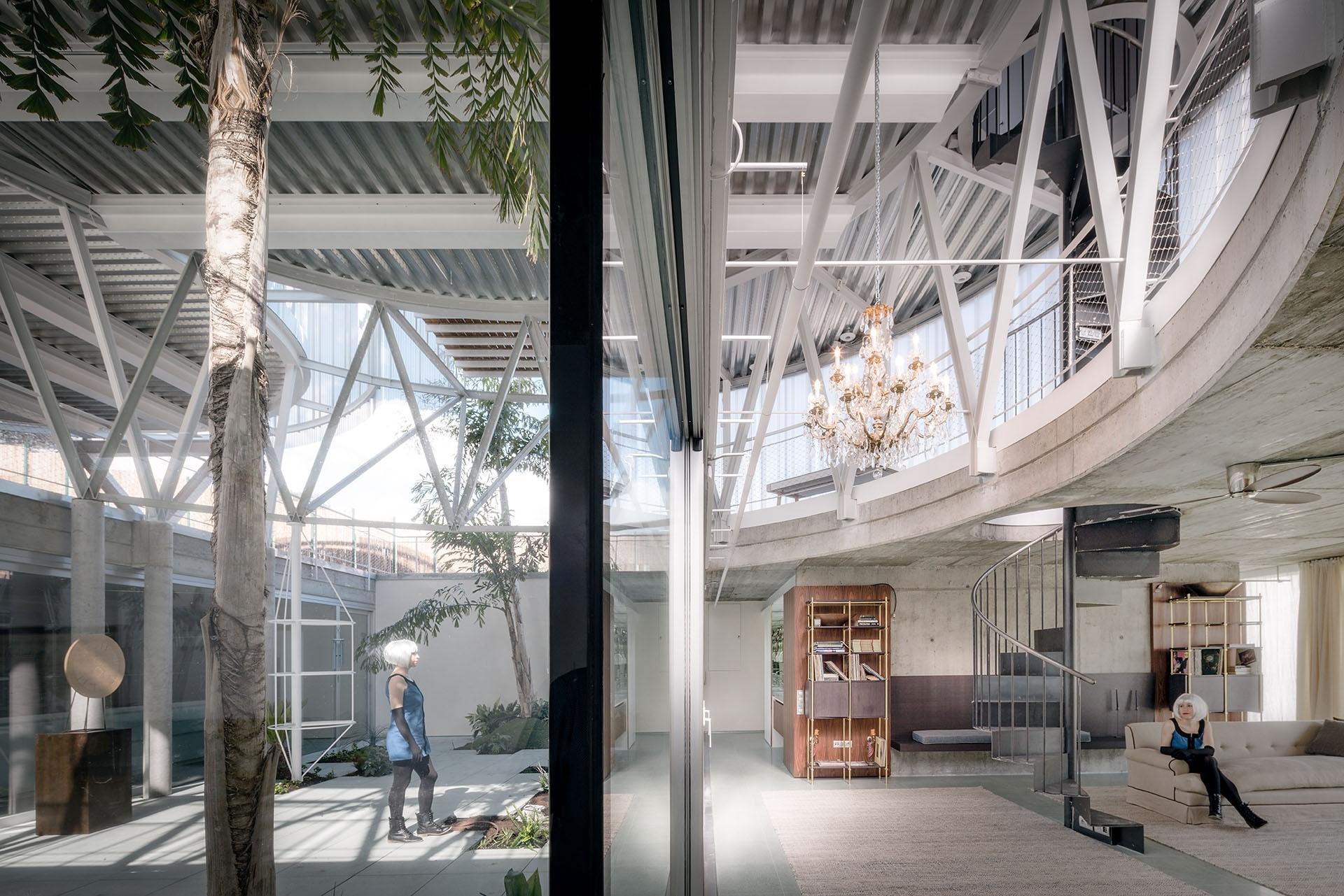 A planta baixa, onde estão o 'living', o pátio ajardinado (ambos na foto) e a cozinha, fica praticamente