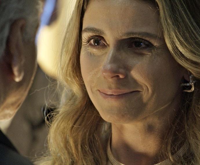 Graças a sua lealdade a Romero Rômulo (Alexandre Nero), Atena (Giovanna Antonelli) entra para a facção criminosa de