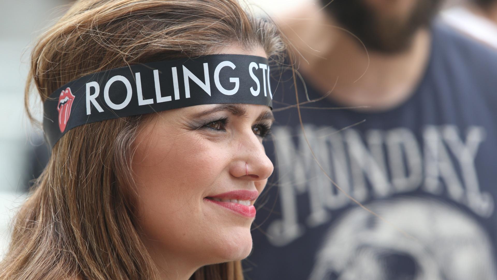 24.fev.2016 - Fã dos Rolling Stone usa faixa da banda britânica na cabeça antes de entrar no estádio do Morumbi para assistir ao primeiro show da