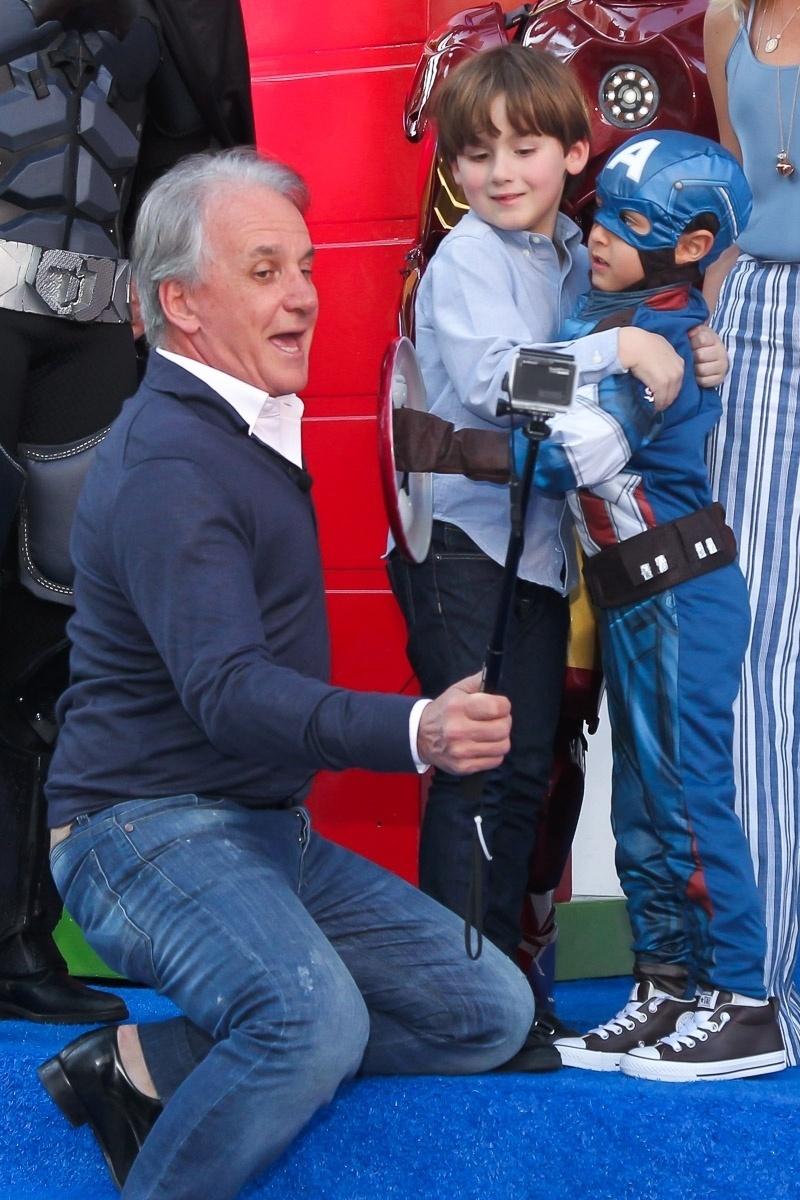 13.ago.2016 - Otávio Mesquita fotografa um momento de ternura entre seu filho, Pietro, e o aniversariante Arthur. O filho de Eliana celebra seus 5 anos com uma festa em um buffet em São Paulo