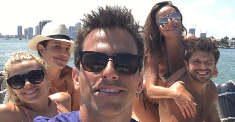 Rodrigo Branco leva seus amigos famosos para curtirem férias em Orlando (EUA), com todas as despesas pagas por empresas que querem ser divulgadas na internet. O empresário, que foi diretor de TV no Brasil, já reuniu no mesmo barco Carolina Dieckmann, Ivete Sangalo, Sabrina Sato e Duda Nagle
