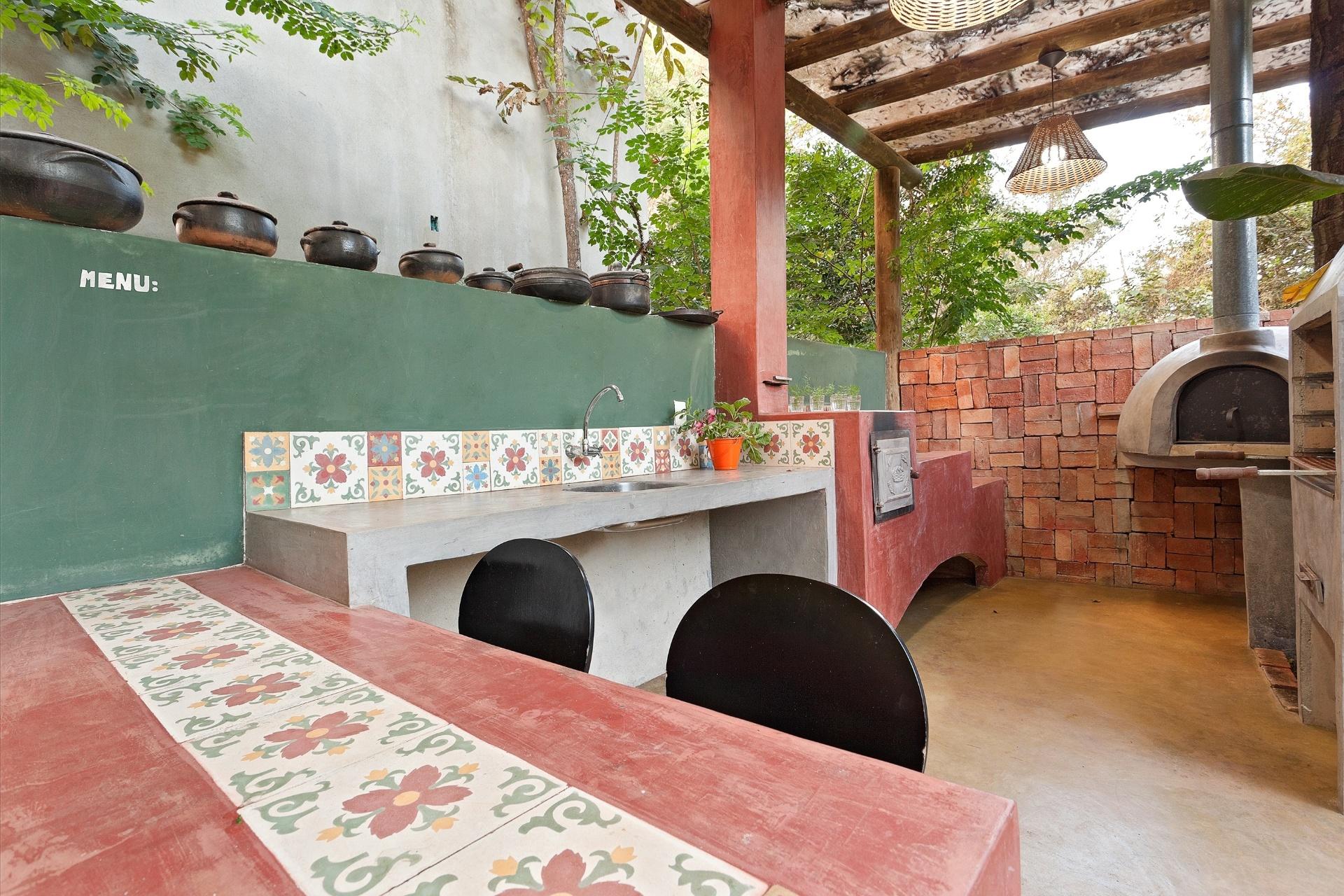 de interiores Fabiana Visacro a cozinha externa possui fogão a lenha  #4D6320 1920 1280