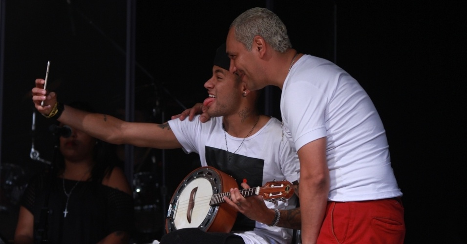 16.jul.2015 - Neymar faz selfie com Chrigor no palco do Audio Club, na Barra Funda, na zona oeste de São Paulo, durante o show