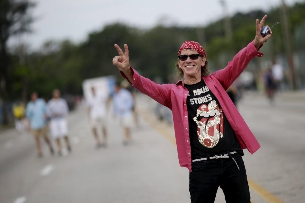 25.mar.2016 - Fã aguarda show gratuito dos Rolling Stones na Cidade Esportiva em Havana, Cuba