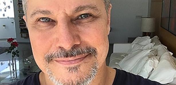 Edson Celulari posa sorridente após revelar ter se curado do câncer