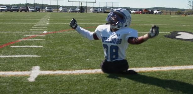 Mesmo sem pernas, Isaiah Bird, 8 anos, joga futebol americano