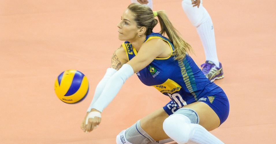 23.jul.2015 - Suelle tenta recepção em jogo do Brasil contra a Rússia no Grand Prix de vôlei feminino