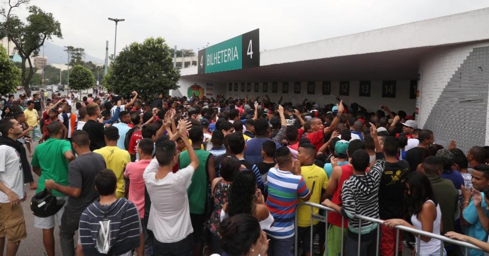 Torcedores do Flamengo causam confusão no Maracanã durante venda de ingressos para jogo contra o Santos