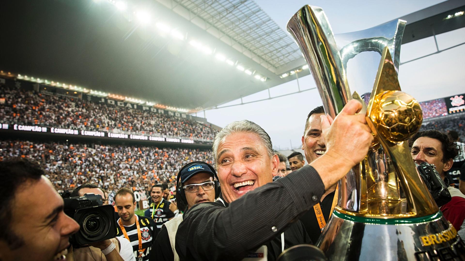 Tite levanta a taça de campeão durante festa na Arena Corinthians depois da vitória contra o São Paulo