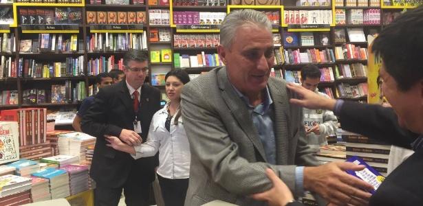 Tite vai ao lançamento de sua biografia, em shopping de São Paulo