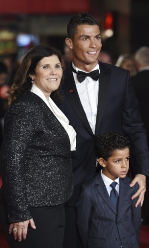 Além do filho, a mãe do craque, Maria Dolores Aveiro, também compareceu à estreia
