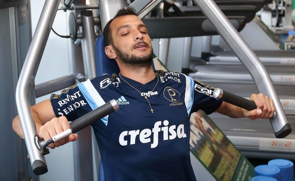 Edu Dracena durante treinamento físico do Palmeiras na Academia de Futebol