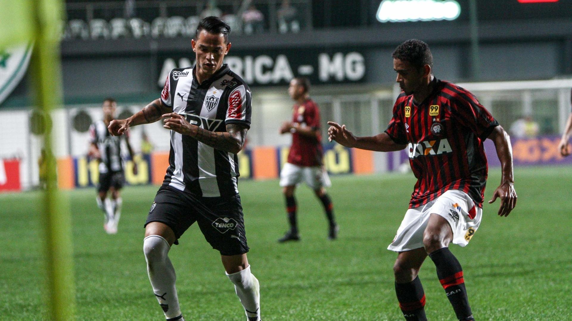 Giovanni Augusto tenta jogada contra o Atlético-PR