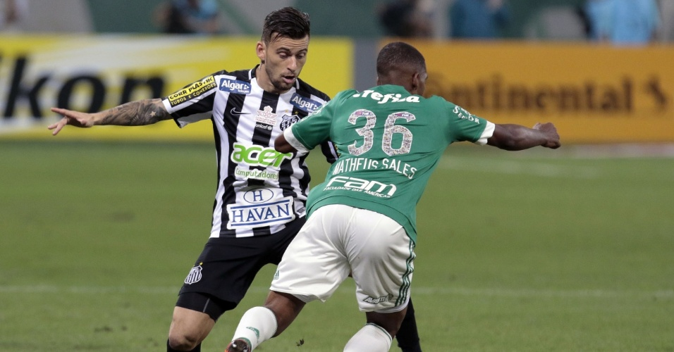 Matheus Sales, do Palmeiras, tenta passar por Lucas Lima, do Santos