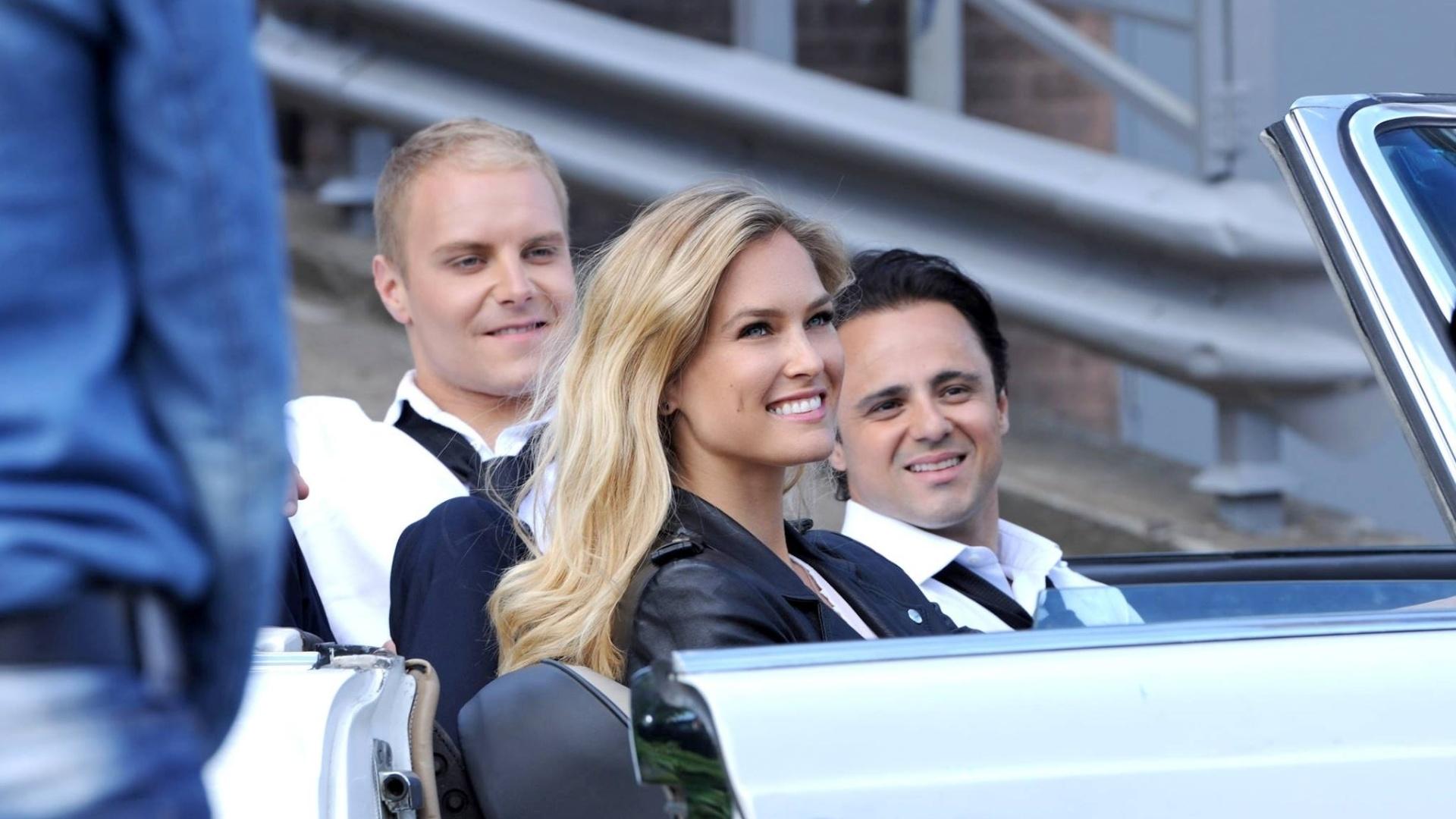 Felipe Massa posa com Bar Refaeli e Valtteri Bottas