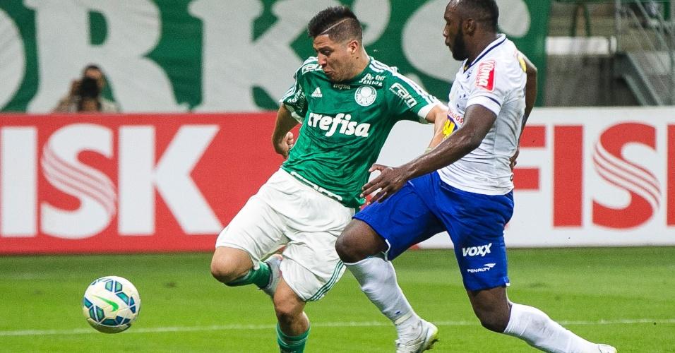 Cristaldo, do Palmeiras, disputa bola Manoel, do Cruzeiro, durante partida neste sábado (21), pelo Campeonato Brasileiro