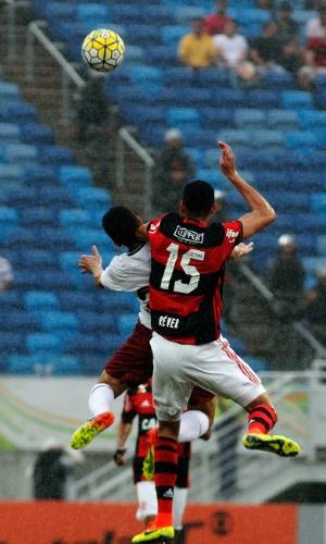 Magno Alves e Réver disputam bola de cabeça no jogo Flamengo x Fluminense em Natal