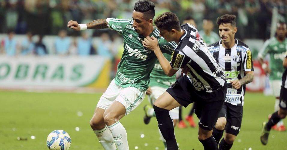 Lucas Barrios, do Palmeiras, é marcado por Gustavo Henrique, do Santos, durante a final da Copa do Brasil