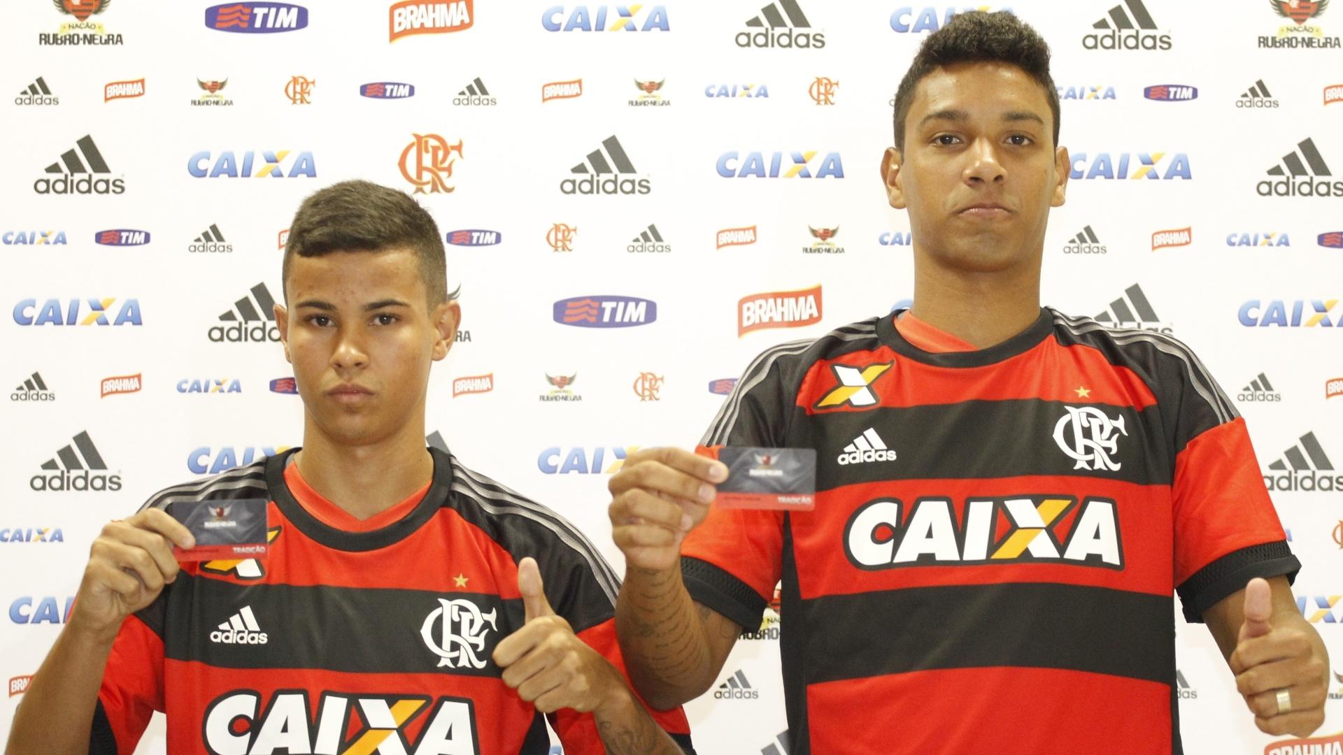 Arthur Henrique (e) e Antônio Carlos (d) são apresentados como reforços do Flamengo