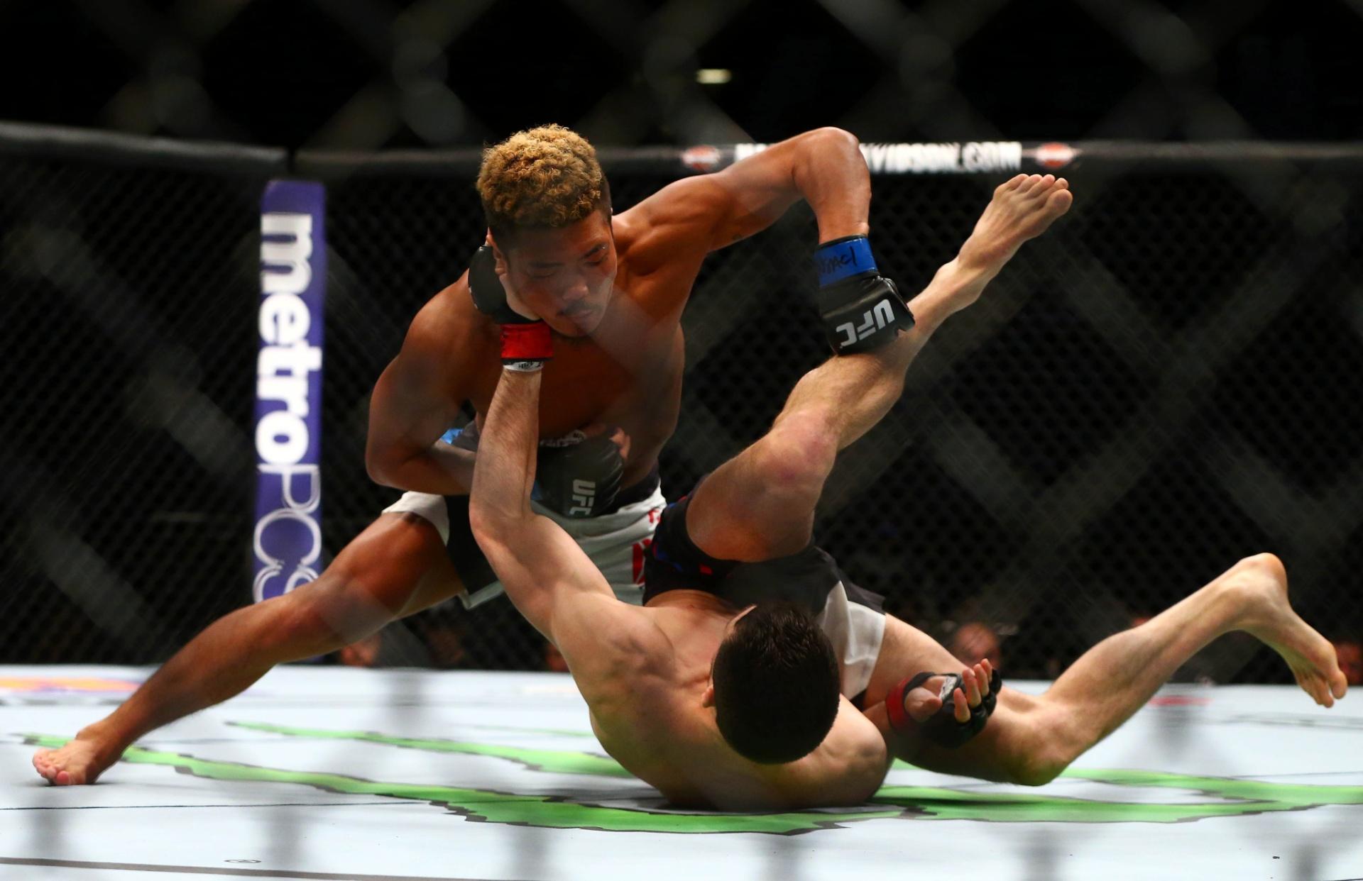 Teroto Ishihara desfere socos em Julian Erosa durante o card preliminar do UFC 196