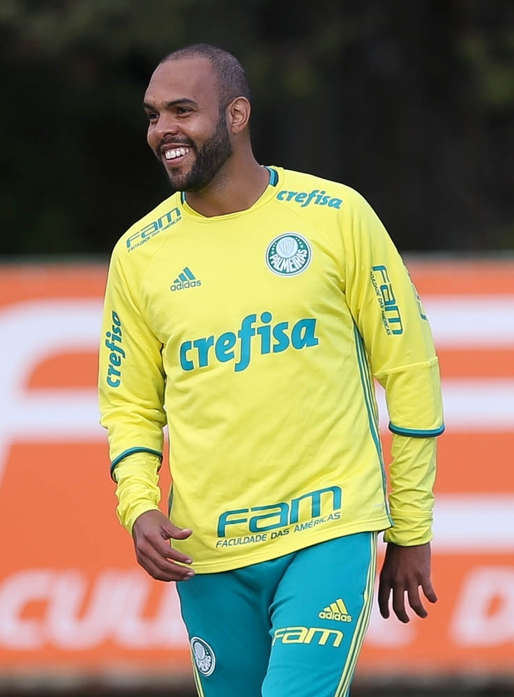 Alecsandro em ação no treino do Palmeiras realizado na Academia de Futebol
