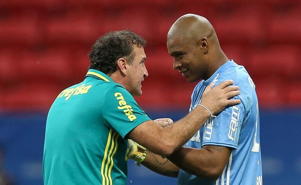 Cuca conversa com o goleiro Jailson depois da vitória do Palmeiras sobre o Fluminense