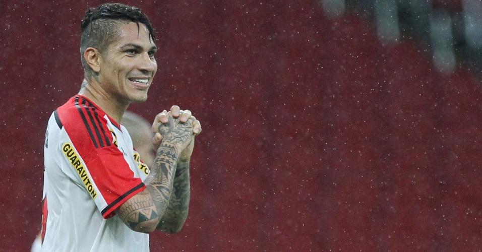Guerrero em ação com a camisa do Flamengo na partida contra o Internacional, pelo Brasileirão