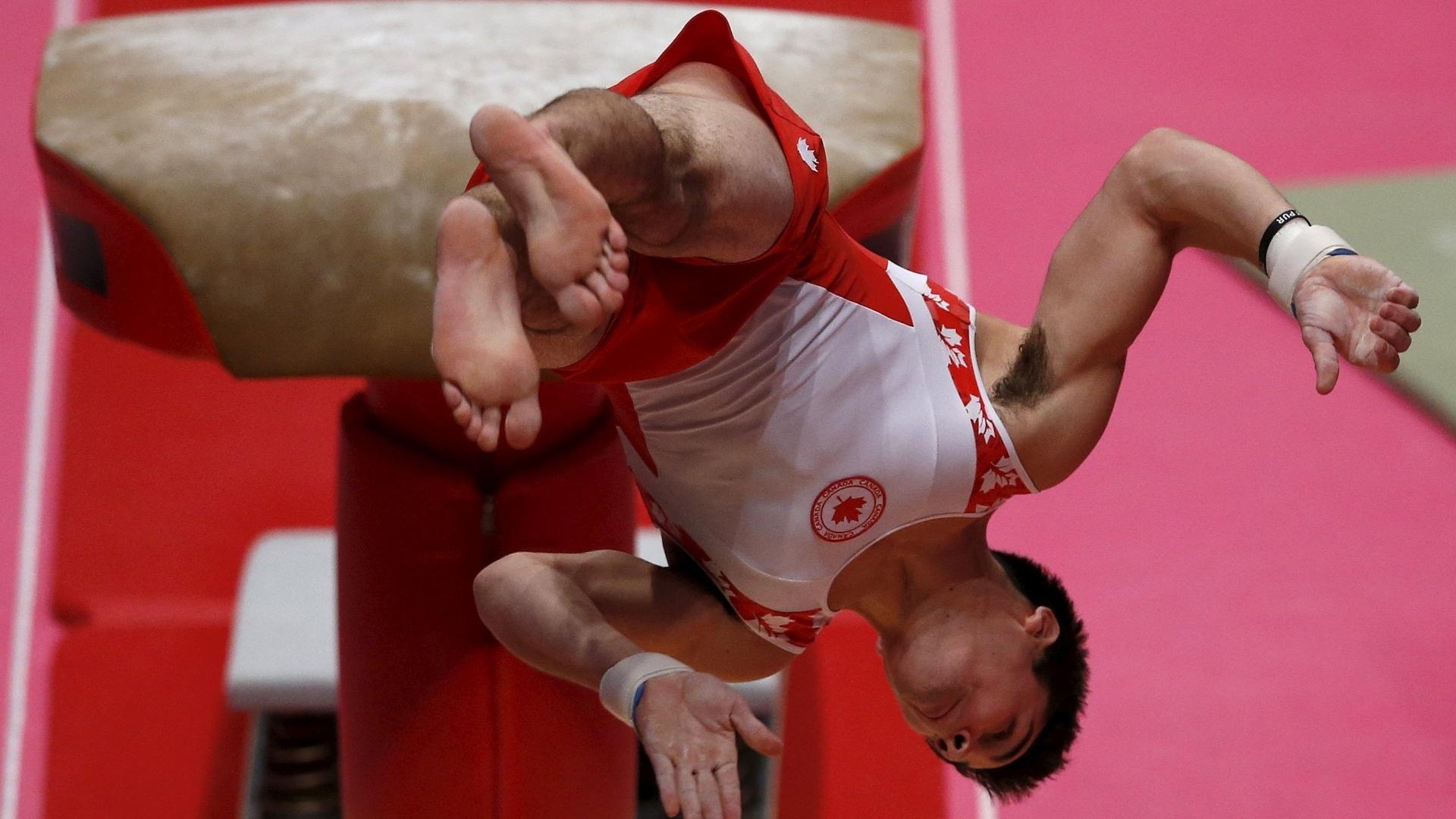 Anderson Loran, ginasta canadense, se apresenta no salto sobre a mesa na eliminatória do Mundial de ginástica artística