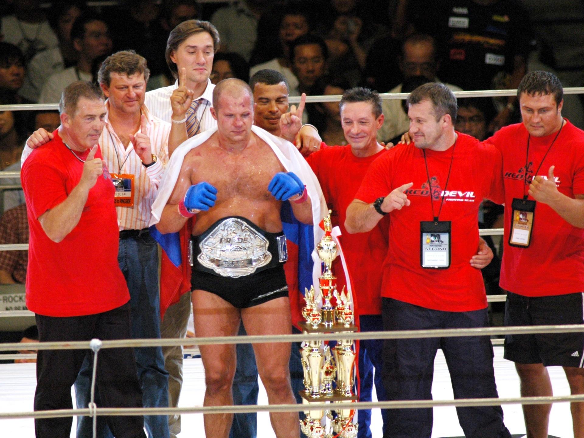 Fedor Emelianenko posa com o cinturão do extinto torneio Pride