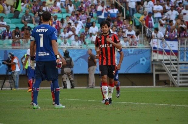 Tiago Real comemora gol do Vitória contra o Bahia