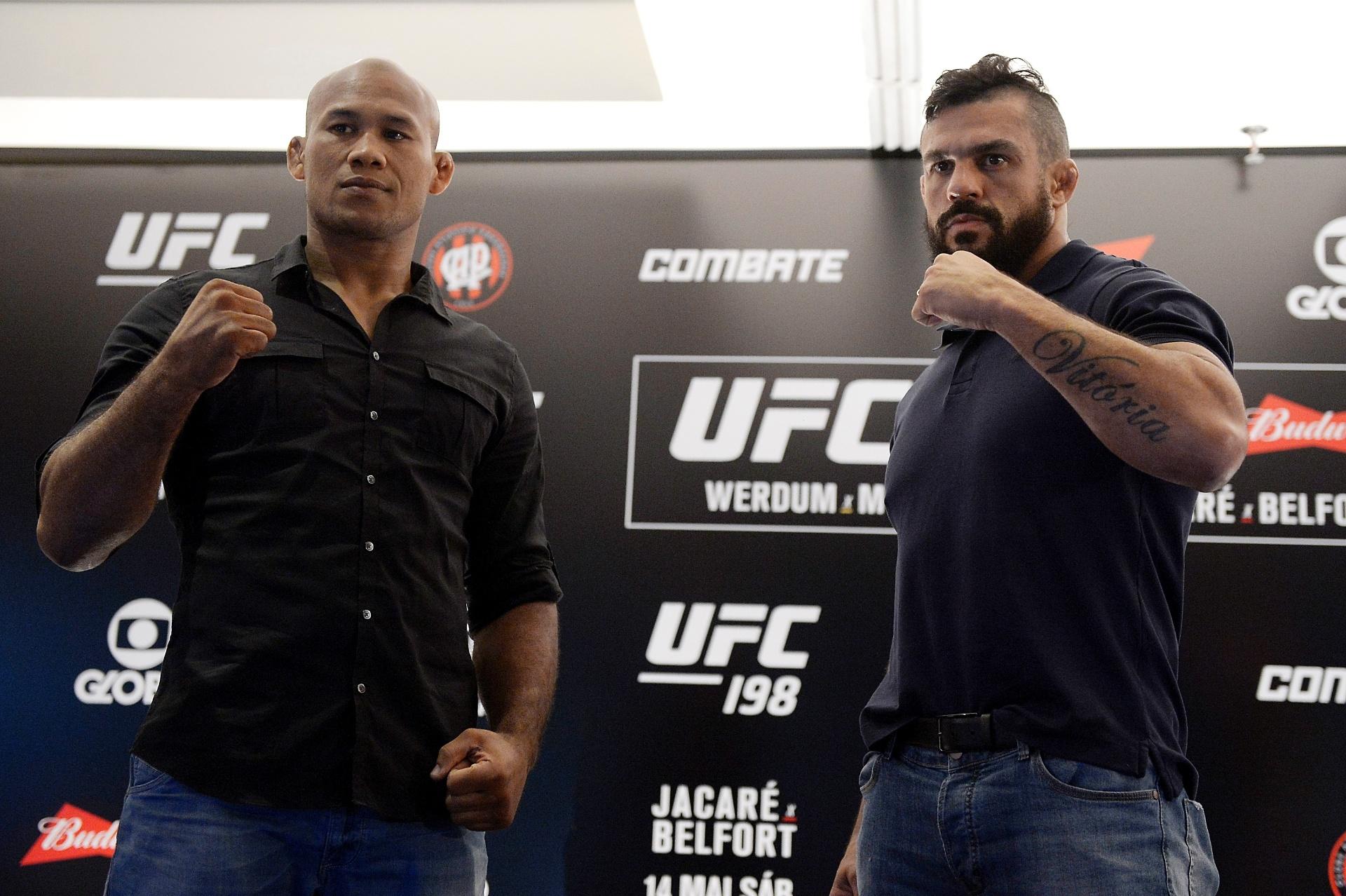 Ronaldo Jacaré e Vitor Belfort posam para fotos durante evento de divulgação do UFC 198