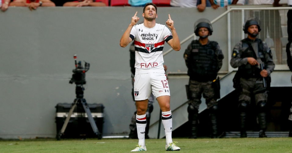 Calleri comemora segundo gol marcado para o São Paulo sobre o Flamengo