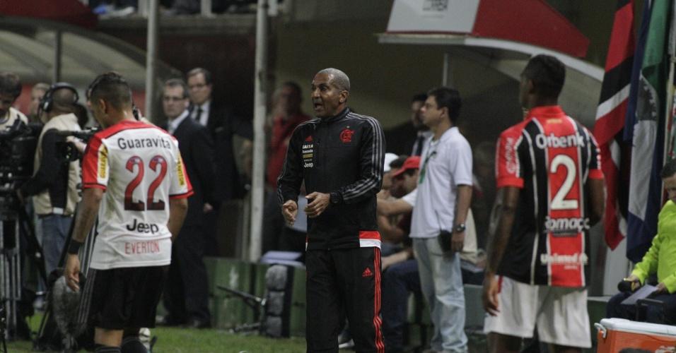 Cristóvão orienta o time do Flamengo na vitória por 1 a 0 sobre o Joinville