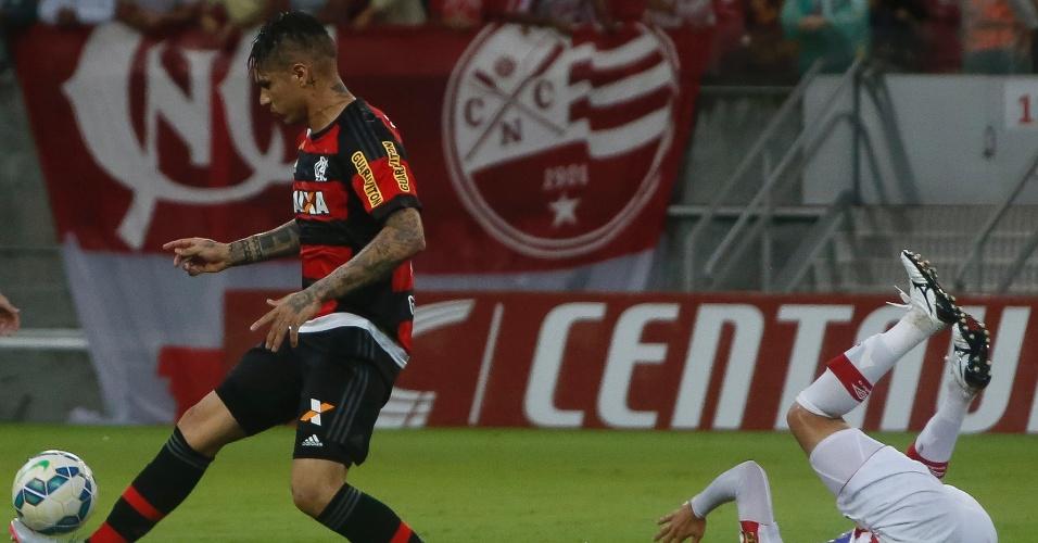 Guerrero em ação na partida entre Náutico e Flamengo, válida pela Copa do Brasil