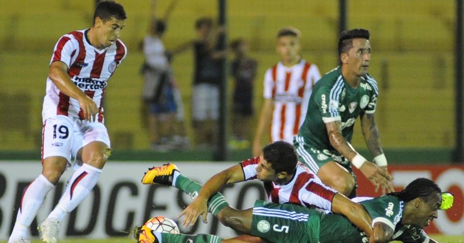 Barrios e Arouca ficam no chão após disputa de bola contra o River do Uruguai, na Libertadores