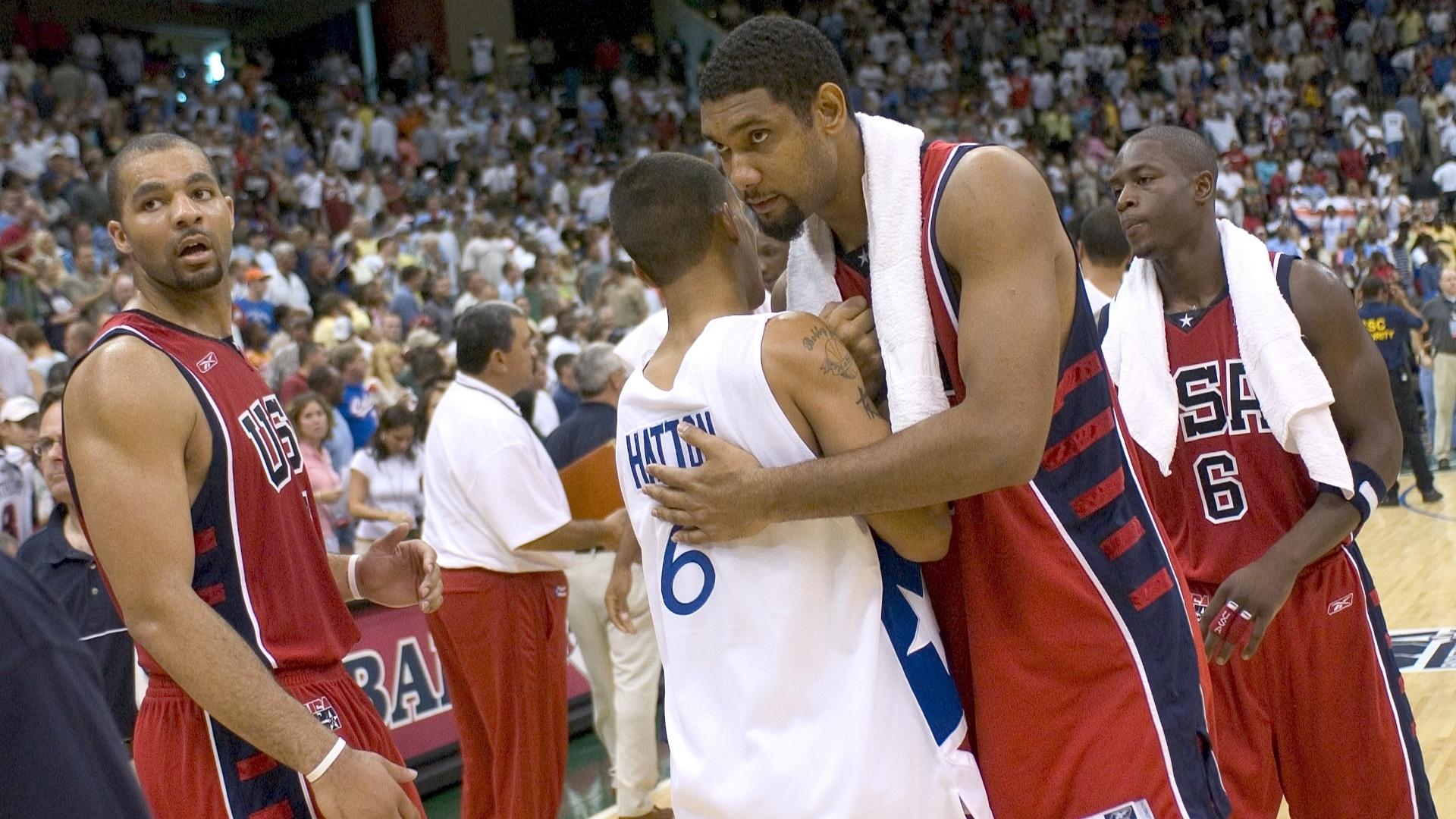 Tim Duncan, ala/pivô dos EUA, cumprimenta rival de Porto Rico na disputa pelo bronze do basquete masculino nos Jogos de 2004, em Atenas