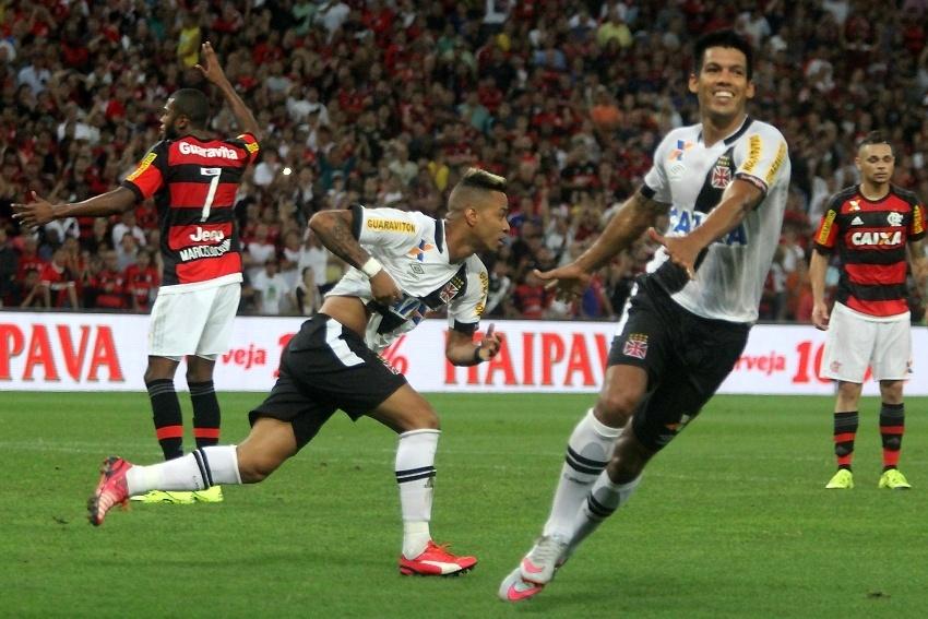 Everton Silva, autor do gol, e Julio dos Santos comemoram em jogo contra o Flamengo na Copa do Brasil