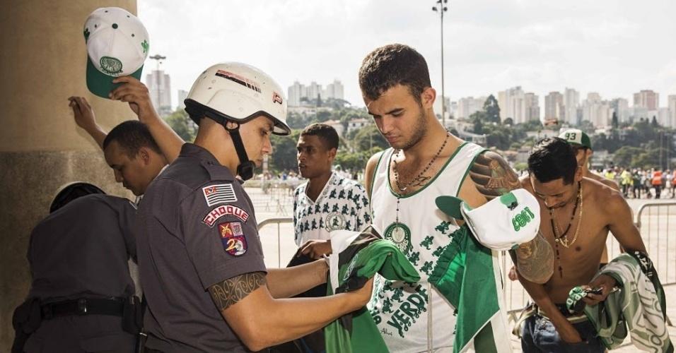 03.abril.2016 - Torcedores organizados do Palmeiras são revistados pela Policia Militar na entrada do estádio Pacaembu