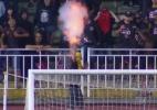 Torcedores atiram rojões no gramado e jogo Joinville x Avaí é paralisado