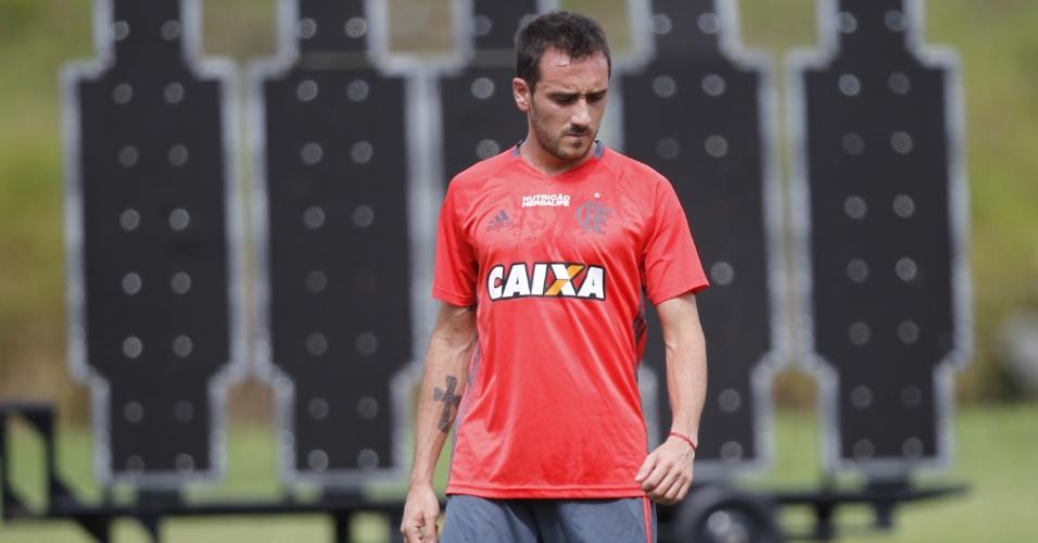 Mancuello treina cobranças de falta durante atividade no Flamengo