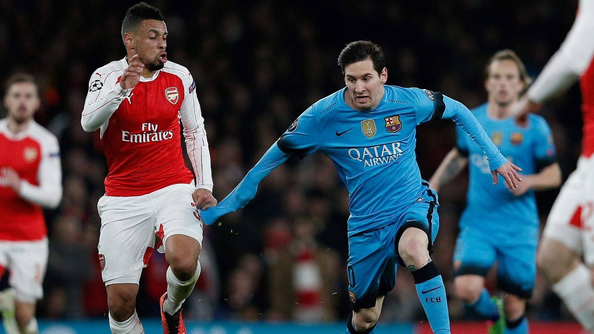 Coquelin puxa camisa de Messi na partida entre Arsenal e Barcelona pela Liga dos Campeões