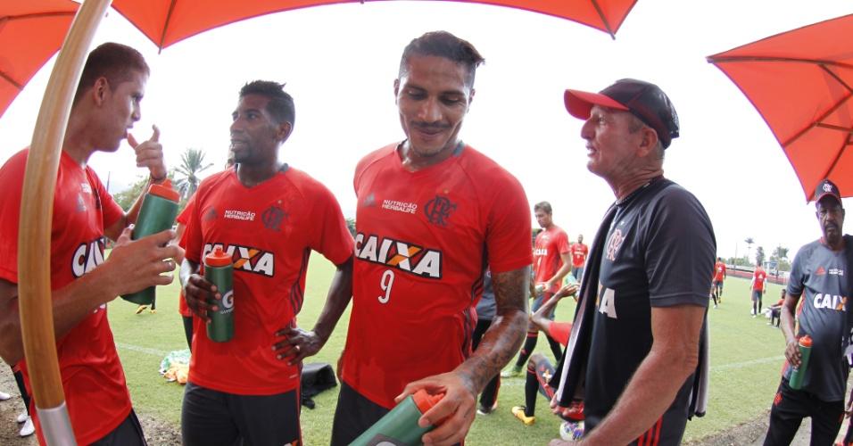 Cuéllar (e) e Guerrero (centro) podem desfalcar o Flamengo por dois meses em 2016
