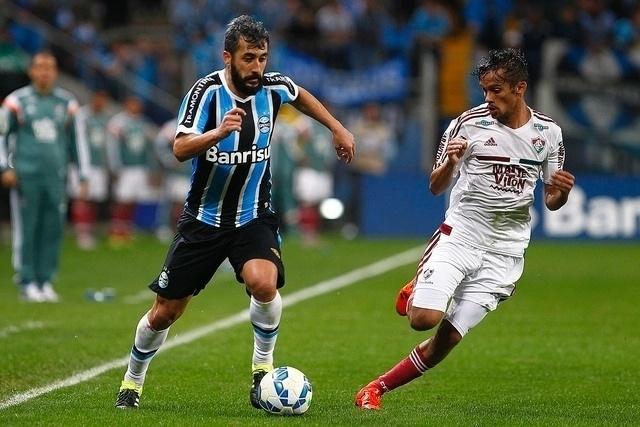 Fernandinho, com bola dominada, e Scarpa no duelo desta quarta