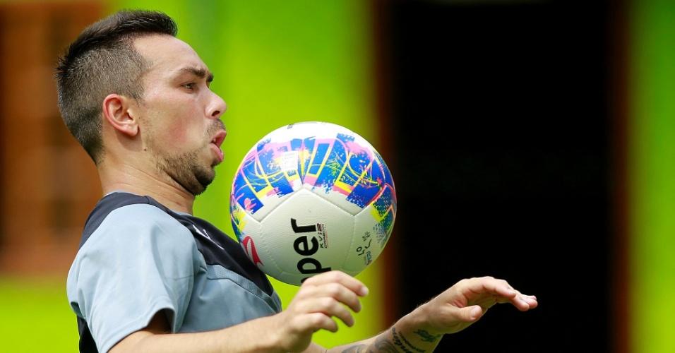 Damián Lízio domina a bola em treinamento do Botafogo