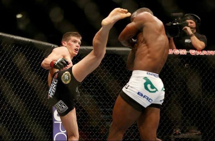 Stephen Thompson acerta chute na cabeça de adversário em luta pelo UFC