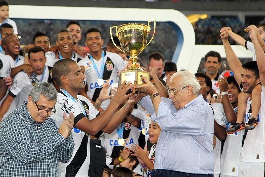 Zagueiro Rodrigo e presidente Eurico Miranda levantam taça do Campeonato Carioca 2016 conquistada pelo Vasco