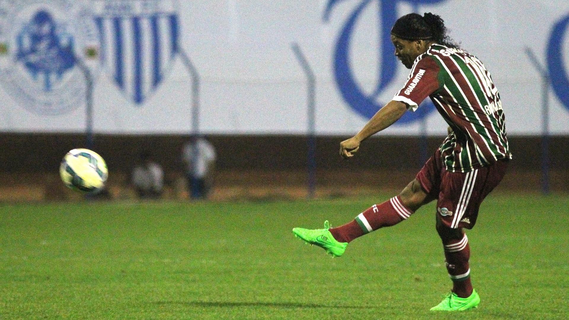 Ronaldinho cobra falta para o Fluminense em partida contra o Avaí, pelo Brasileiro
