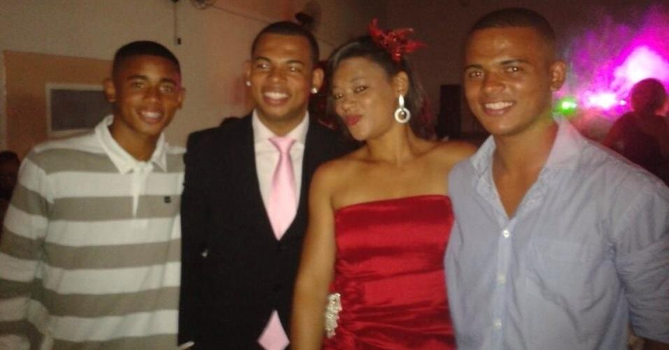Gabriel ao lado dos irmãos Felipe, Emanuele e Caique