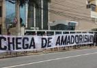 Com policiamento reforçado, torcedores de Fla e Flu protestam contra Ferj