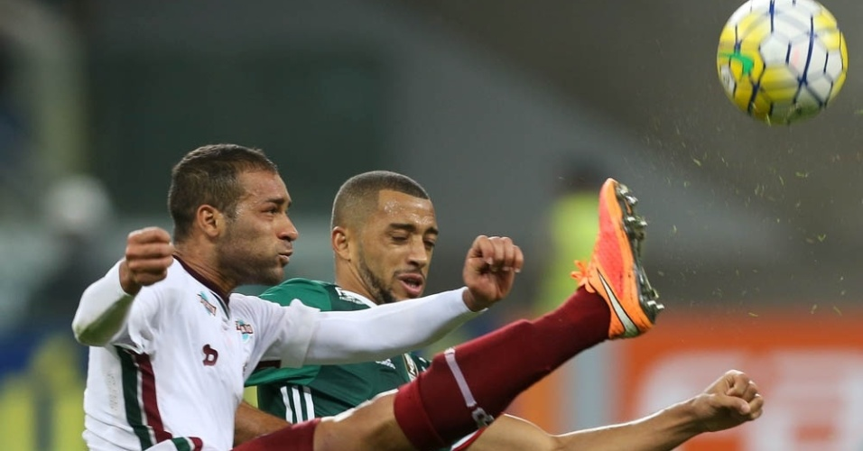 Pierre e Vitor Hugo disputam a bola em lance do jogo entre Palmeiras e Fluminense